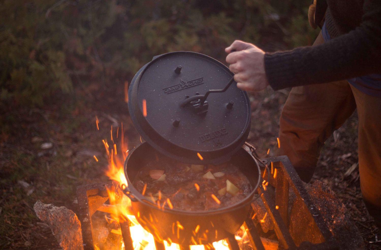 Dutch Oven Gusseisen-Kochtopf Camp Chef Deluxe DO 12 inkl. Deckelheber